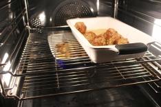 Keftedesene slår følge med poteten i ovnen, poteten har hatt sterkere varme i starten.